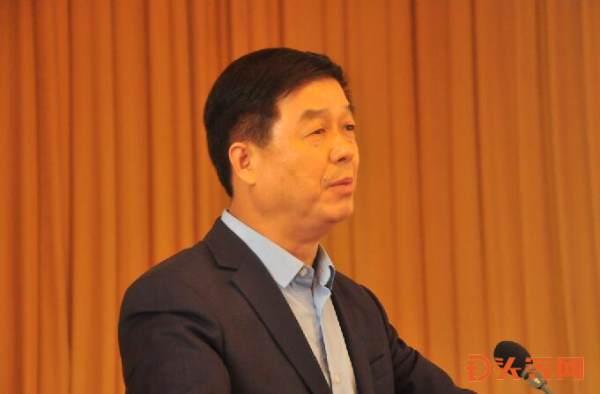 3、市企业联合会、市企业家协会主席、东岳集团董事长张建宏作《科技力量在新旧动转换中的作用》专题报告.jpg